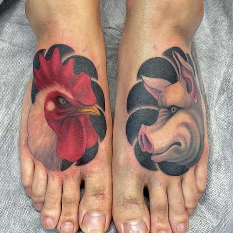 tatuaje de gallo y cerdo