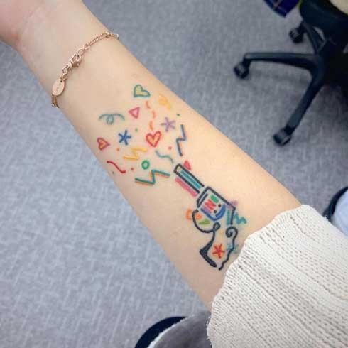 tatuaje de pistola a colores