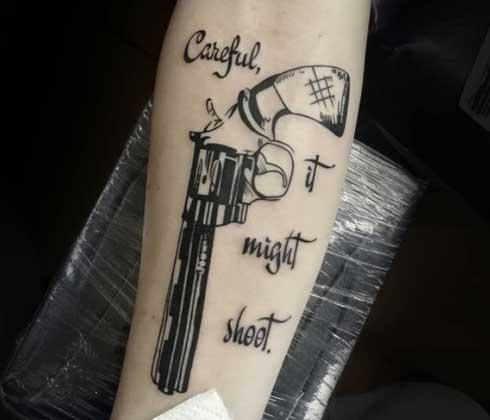 tatuaje en blackwork pistola
