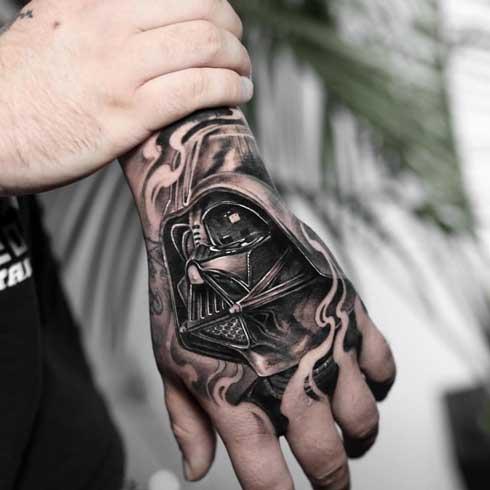 tatuaje en la mano con darth vader