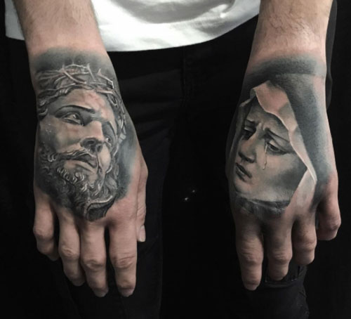tatuaje en las manos cristo