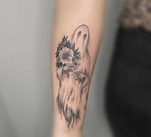 tatuaje fantasma y flores