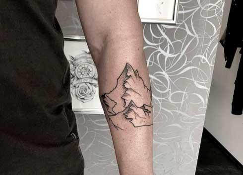 tatuaje montaña en antebrazo