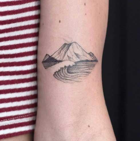 tatuaje montaña y ola