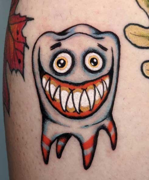 tatuaje muela sonriendo