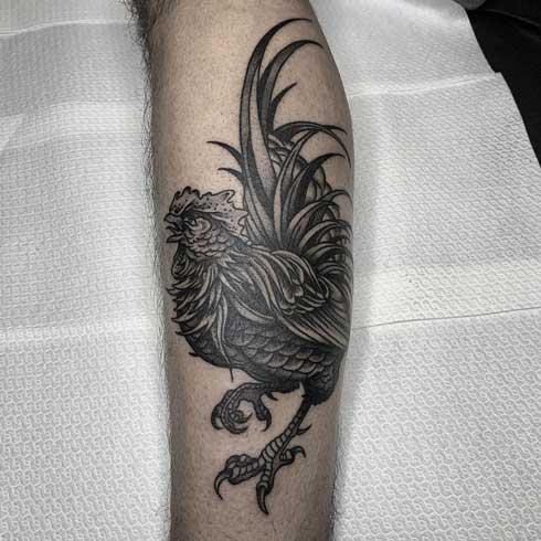 tatuaje negro y gris de gallo