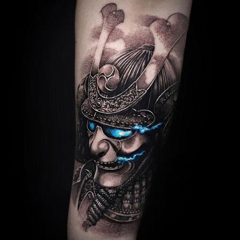 tatuaje negro y gris de samurai