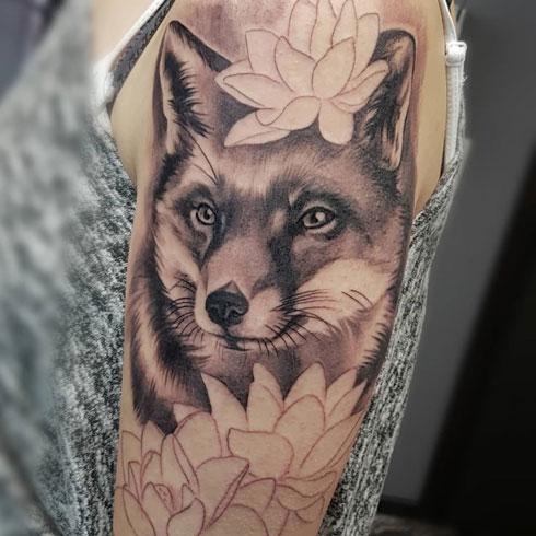 tatuaje negro y gris zorro
