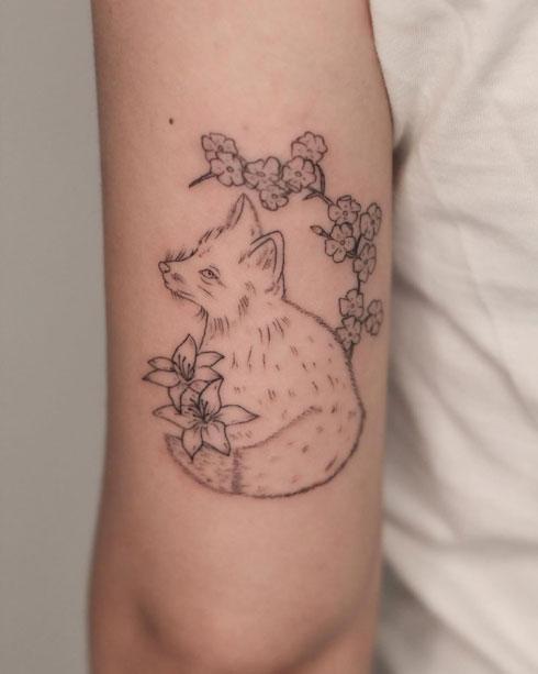 tatuaje para mujer en gris y negro