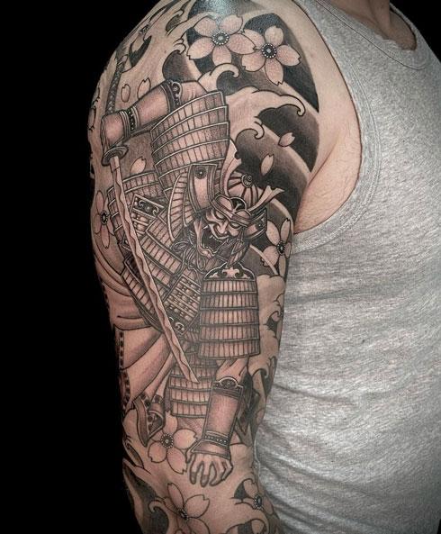 tatuaje samurai en gris