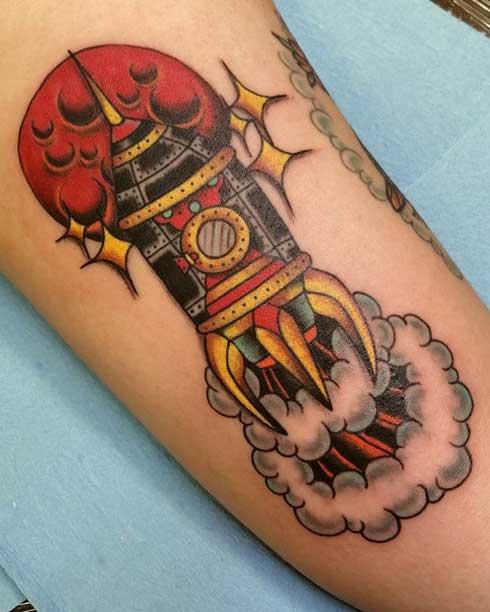 tradicional tattoo de un cohete