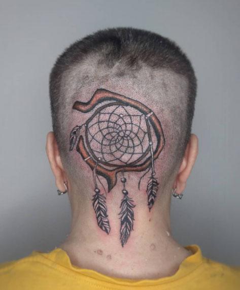 atrapa sueños tattoo en cabeza
