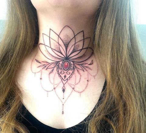 loto tattoo en cuello