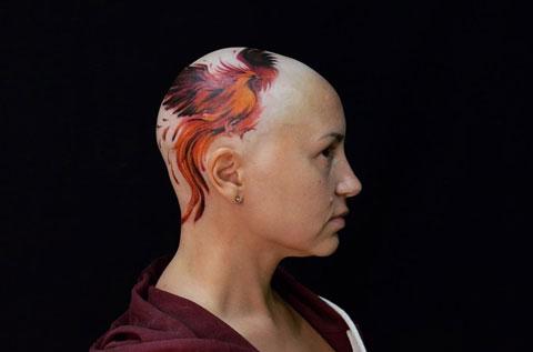 tattoo de ave fenix en cabeza