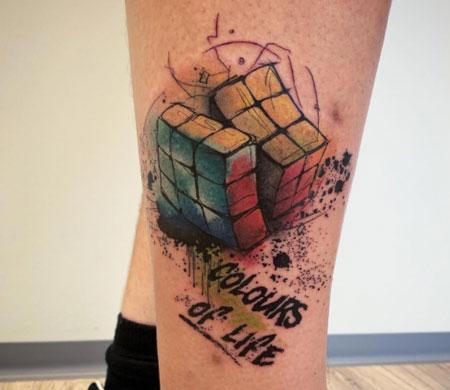 tattoo de cubo rubik a color