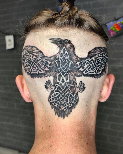 tattoo de cuervo en la cabeza