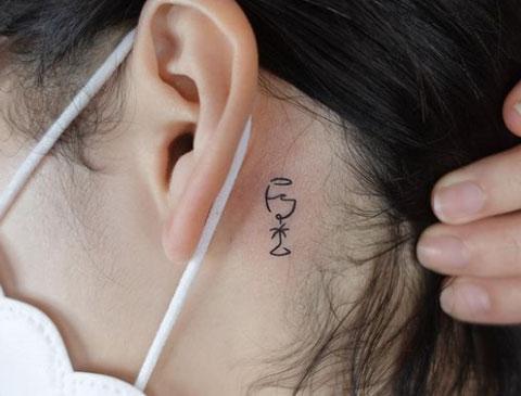 tattoo detras de oreja