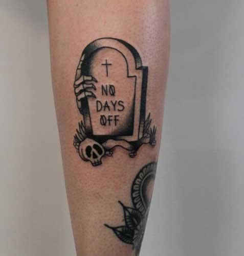 tattoo en pantorrilla lapida