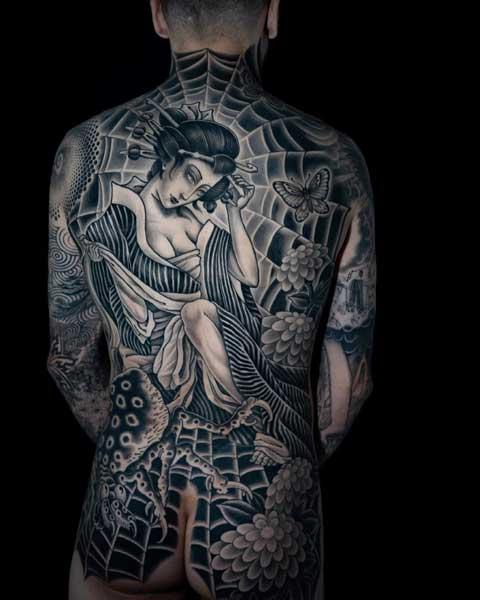 tattoo geisha en la espalda