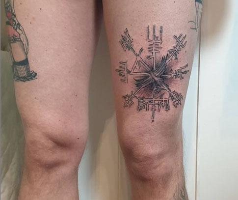 tattoo vikingo en pierna