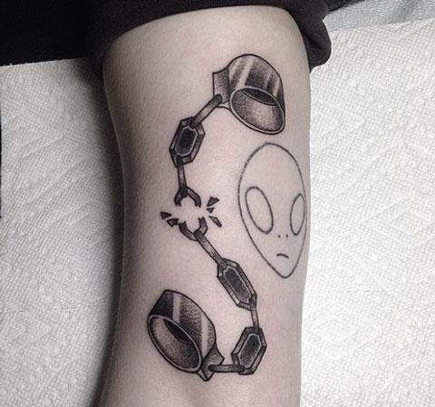 tatuaje cadena y grilletes