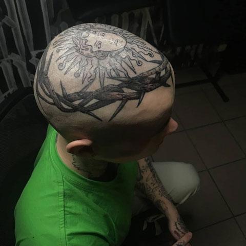 tatuaje corona de espinas en la cabeza