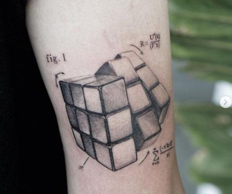 tatuaje cubo rubik grises