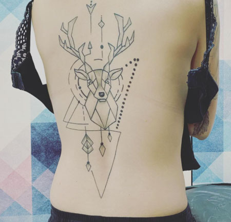 tatuaje de ciervo en espalda