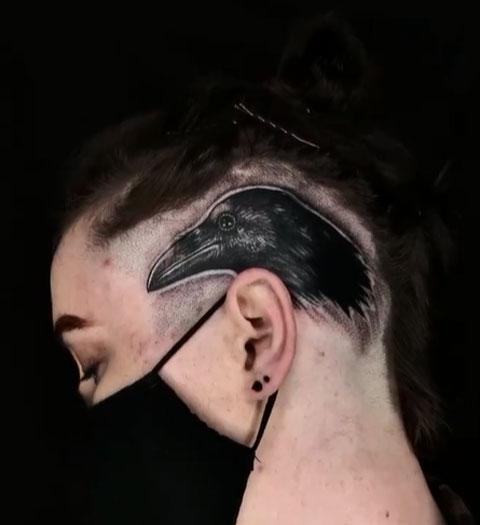 tatuaje de cuervo en cabeza de mujer