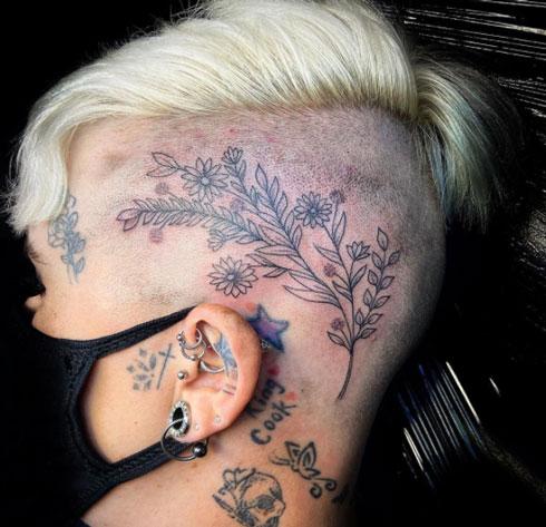 tatuaje de flor en cabeza