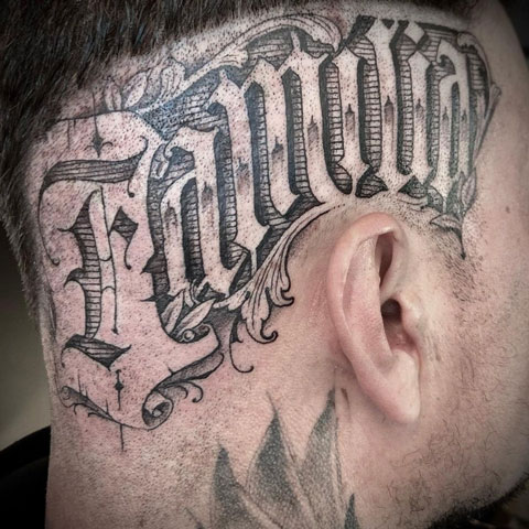 tatuaje de letras en cabeza