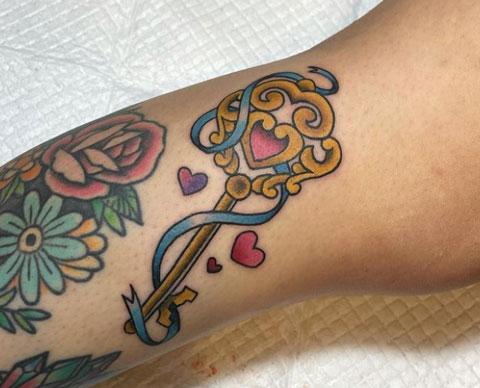 tatuaje de llave a color