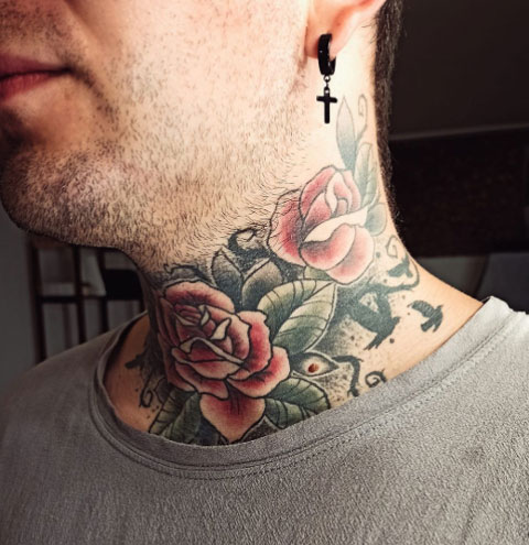 tatuaje de rosas en garganta