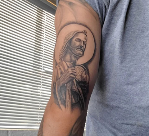 tatuaje de san judas tadeo en brazo