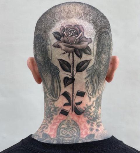 tatuaje de una rosa en la cabeza