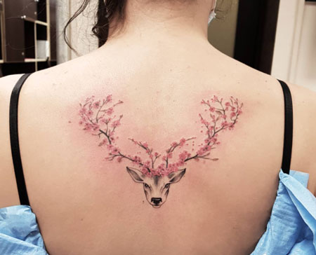 tatuaje de venado y cerezos