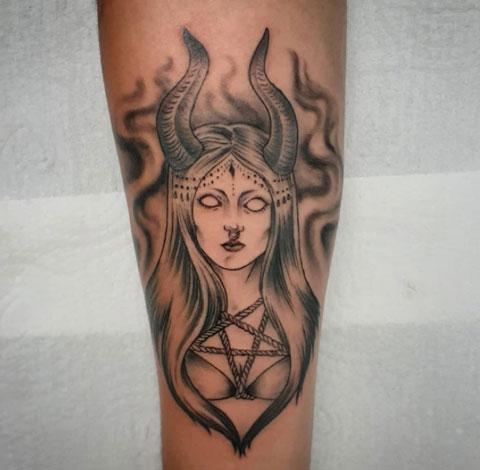tatuaje demonio mujer en gris