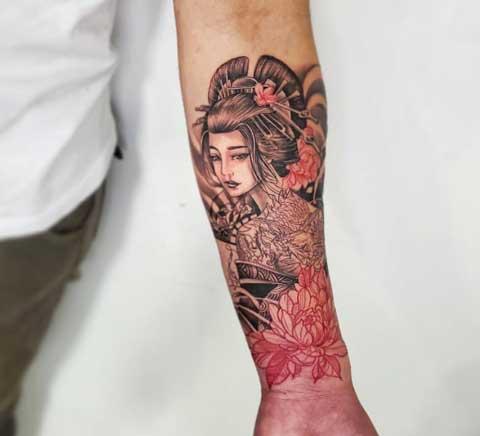 tatuaje en antebrazo geisha