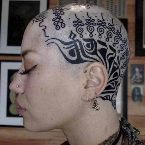 tatuaje en craneo para mujer
