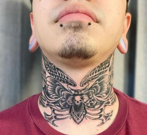 tatuaje en garganta hombre