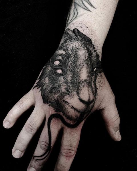 tatuaje de cabra en mano