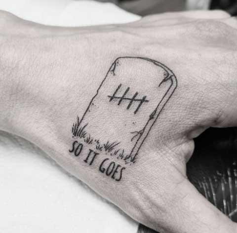 tatuaje en la mano de lapida