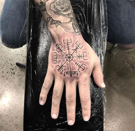 tatuaje en mano con runa