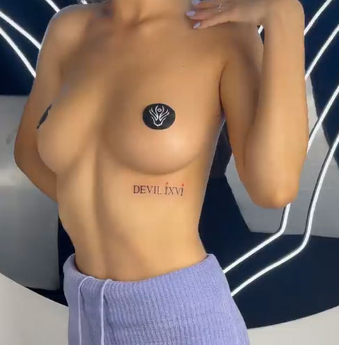 tatuaje en mujer debajo senos