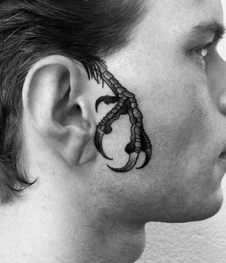 tatuaje garra en rostro