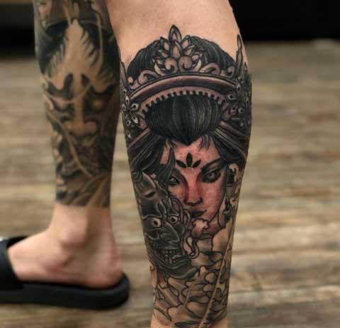 tatuaje geisha en espinilla