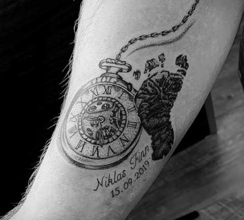 tatuaje huella de bebe y reloj