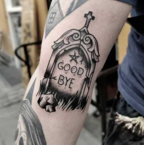 tatuaje lapida en gris y negro