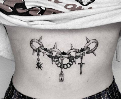 tatuaje mujer en abdomen