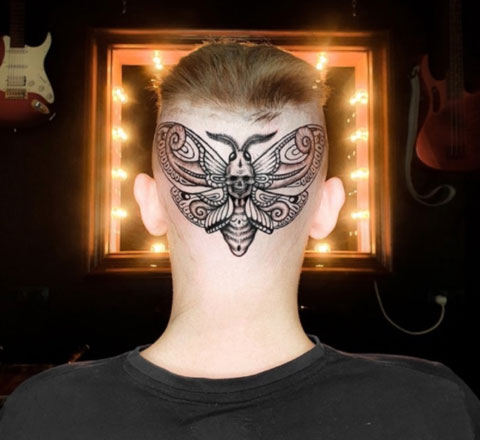 tatuaje polilla en la cabeza